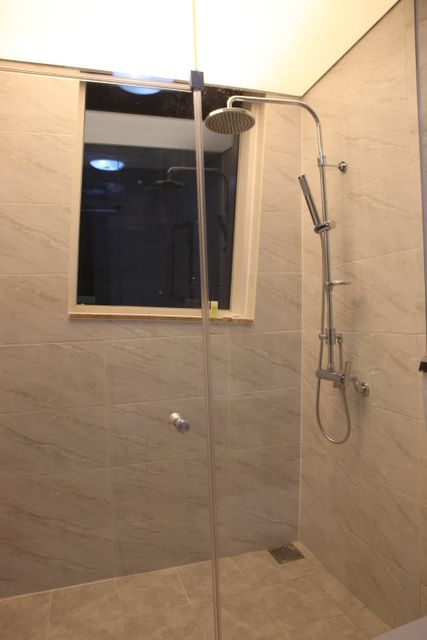 1st_fl_shower_room_01.jpg